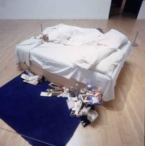 Tracey Emin, Το Κρεβάτι Μου, 1998. Η εγκατάσταση αυτή στην πινακοθήκη Τέιτ του Λονδίνου, συμπεριλαμβάνει τα χρησιμοποιημένα και λεκιασμένα από ούρα και αίμα σεντόνια της καλλιτέχνιδος, μεταχειρισμένα προφυλακτικά, και καθημερινά αντικείμενα από το υπνοδωμάτιό της. Πουλήθηκε στον συλλέκτη Charles Saatchi για 150,000 λίρες Αγγλίας.